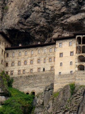 Sümela Manastırı Gezi Rehberi: Nerededir, Nasıl Gidilir? Aktiviteler Nelerdir?